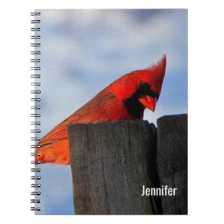 Cardinal rouge sur le tronçon en bois personnalisé carnet