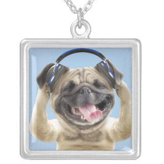 Carlin avec des écouteurs, carlin, animal familier pendentif carré