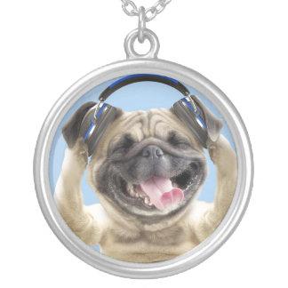 Carlin avec des écouteurs, carlin, animal familier pendentif rond