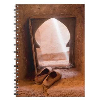 Carnet Chaussures marocaines à la fenêtre