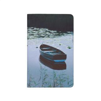 Carnet De Poche Bateau à rames sur le petit lac entouré par l'eau