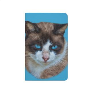Carnet De Poche Brown observé par bleu et chat hautain blanc