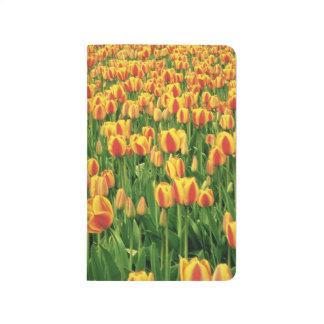 Carnet De Poche Fleur de tulipes de ressort devant la vieille