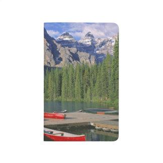 Carnet De Poche Le Canada, Alberta, lac moraine. Les canoës rouges