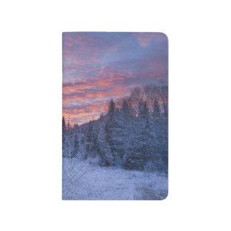 Carnet De Poche Le coucher du soleil vif peint le ciel au-dessus