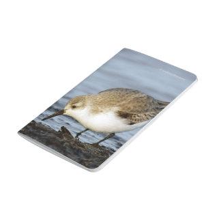 Carnet De Poche Une paire de Sanderlings forage sur le rivage