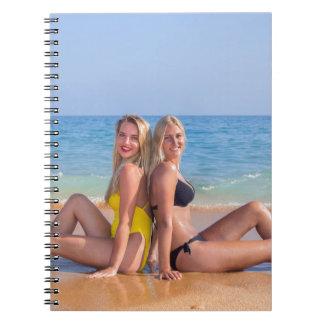 Carnet Deux filles s'asseyent sur la plage près de