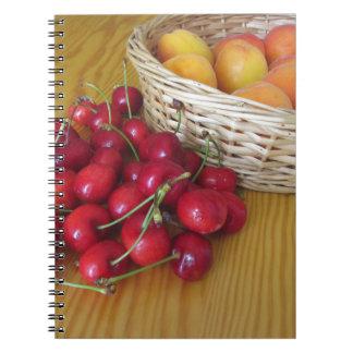 Carnet Fruits frais d'été sur la table en bois légère
