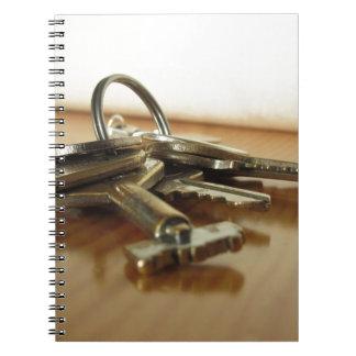 Carnet Groupe de clés usées de maison sur la table en
