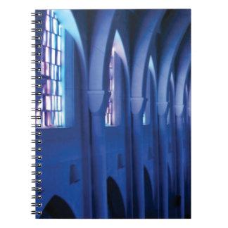 Carnet la lumière entre dans l'église foncée