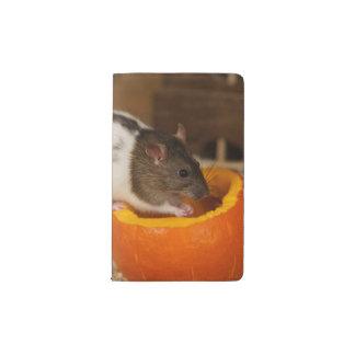 Carnet Moleskine De Poche rat à capuchon noir effrayant mangeant des graines