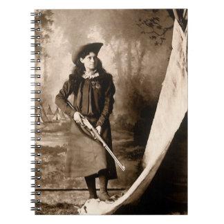 Carnet Photo vintage de Mlle Annie Oakley Holding un
