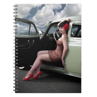Carnet Pin de bombe vers le haut de fille avec la voiture