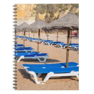 Carnet Rangées des parasols et de la plage en osier