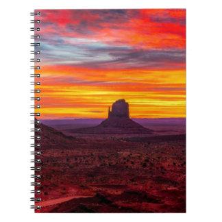 Carnet Vue pittoresque de coucher du soleil au-dessus de