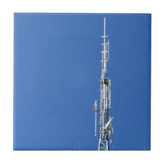 Carreau Antenne sur le dessus de la montagne contre le