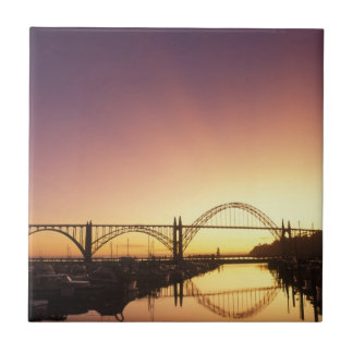 Carreau Arrangement de Sun derrière le pont de Newport,