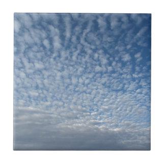 Carreau Beaucoup de nuages mous sur le fond de ciel bleu