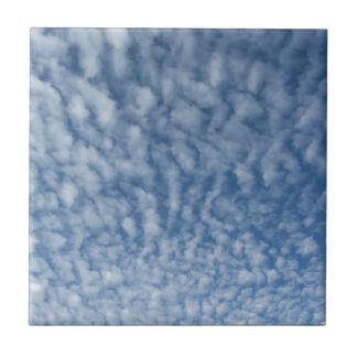 Carreau Beaucoup de petits nuages mous sur le fond de ciel
