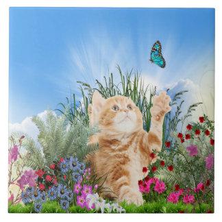 Carreau Chaton de gingembre jouant avec un papillon