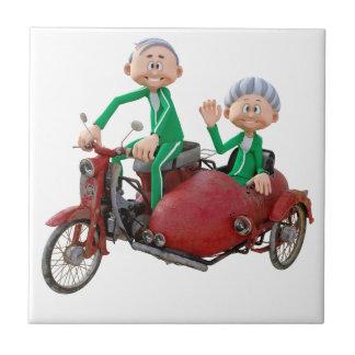 Carreau Des couples plus anciens sur un vélomoteur avec le
