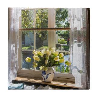 Carreau Fenêtre avec le rideau et les tulipes en dentelle
