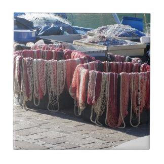 Carreau Filets de pêche colorés dans le port. La Toscane