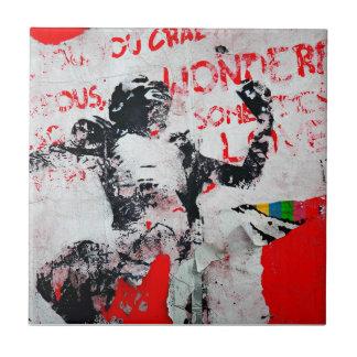 Carreau Graffiti rouge et blanc fané avec le pochoir