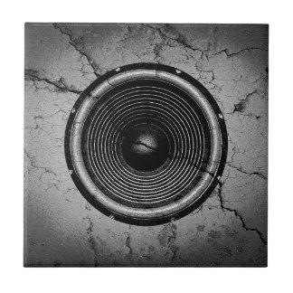 Carreau Haut-parleur de musique sur un mur criqué