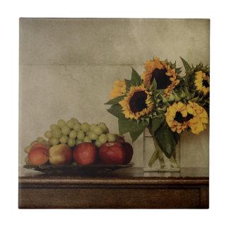 Carreau La vie toujours, tournesols dans le vase, fruit