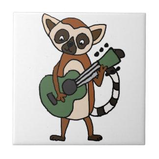 Carreau Lémur drôle jouant l'art de guitare