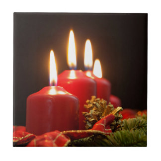 Carreau Les bougies rouges d'un avènement tressent avec