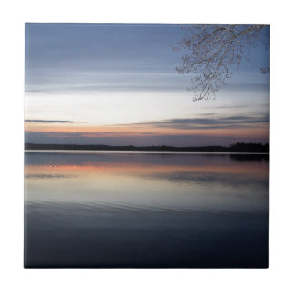 Carreau Les nuages roses réfléchissent sur le lac junior à