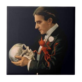 Carreau Magicien vintage, Thurston tenant un crâne humain