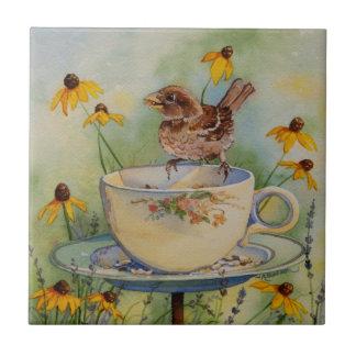 Carreau Moineau 4920 sur le conducteur de tasse de thé