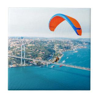 Carreau Paramotors pilote voler au-dessus du Bosphorus
