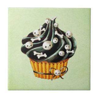 Carreau Petit gâteau noir de Halloween avec les crânes