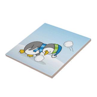 Carreau Petit pingouin obtenant une boule de neige