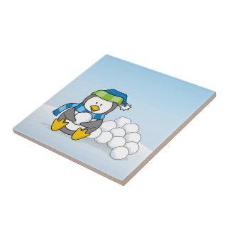 Carreau Petit pingouin se reposant avec des boules de