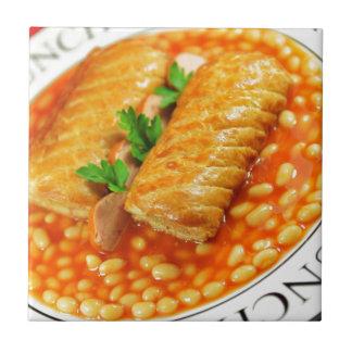 Carreau Petits pains de saucisse et haricots cuits au four