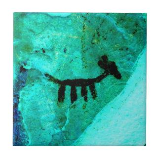 Carreau pétroglyphe sur la tuile verte