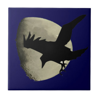 Carreau Raven volant à travers la lune