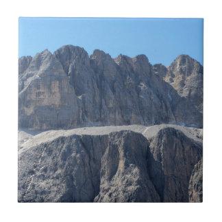 Carreau Un de la crête de montagne des dolomites