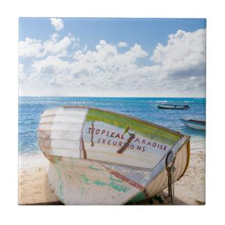 Carreau Un naufrage sur la plage dans les Caraïbe
