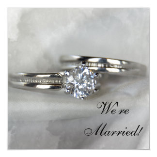 Carte Anneaux de mariage sur le gris juste marié