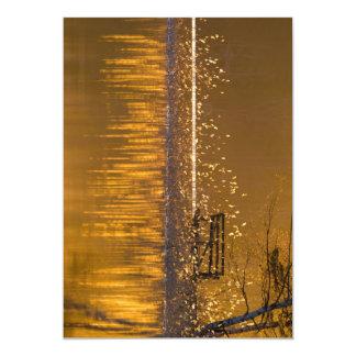 Carte Banc isolé par le lac dans la lumière d'or