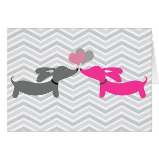 Carte d'amour et de coeurs de chien de saucisse de