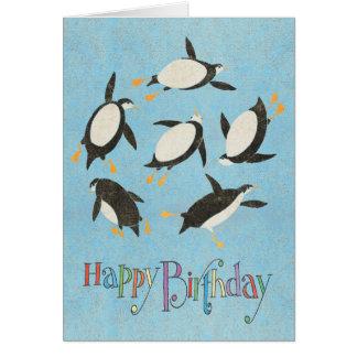 Carte d'anniversaire de pingouins de natation
