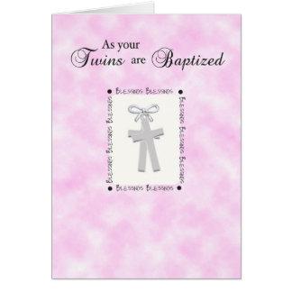 Carte de baptême de jumeaux sur le rose moyen avec