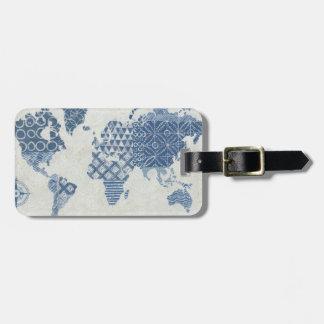 Carte de batik de bleu d'indigo du monde étiquettes bagages